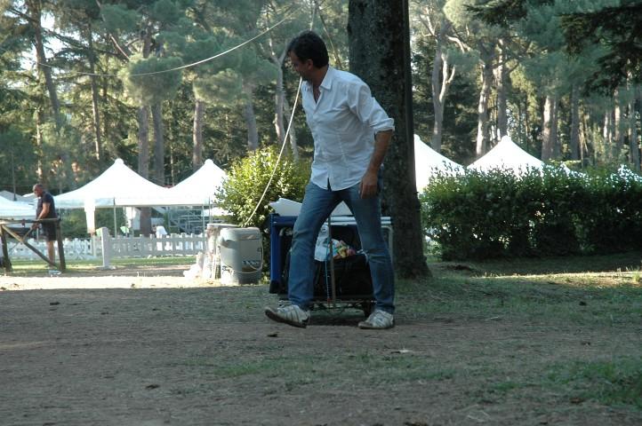 Persona in un parco mentre lo pulisce